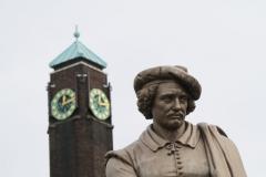 Amsterdam-194-Rembrantdmonument-detail-naast-uurwerk