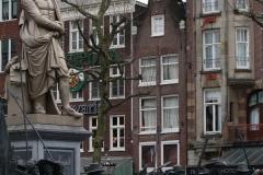 Amsterdam-232-Nachtwacht-bij-Rembrandtmonument-detail
