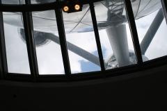 Brussel-0543-Atomium-door-een-raam-naar-boven