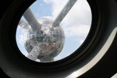 Brussel-0651-Atomium-Uitzicht-op-andere-bol-vanaf-de-roltrap