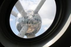 Brussel-0652-Atomium-Uitzicht-op-andere-bol-vanaf-de-roltrap