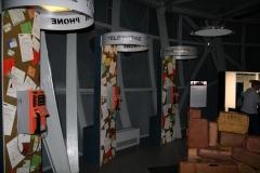 Brussel-0600-Atomium-Kunstwerk-van-telefooncellen