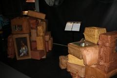 Brussel-0601-Atomium-Kunstwerk-van-pakjes-en-koffers