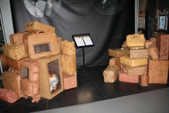 Brussel-0602-Atomium-Kunstwerk-van-pakjes-en-koffers