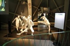 Brussel-0611-Atomium-Kunstwerk-van-voetballers-diaboloman-en-balletdanseres