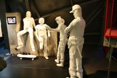 Brussel-0615-Atomium-Kunstwerk-van-mensen-op-straat