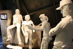 Brussel-0616-Atomium-Kunstwerk-van-mensen-op-straat