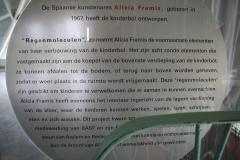 Brussel-0633a-Atomium-Informatiebord-Regenmoleculen