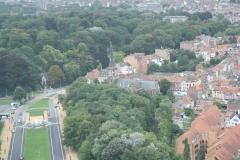 Brussel-0560-Atomium-Uitzicht-op-kerk-met-woonwijk