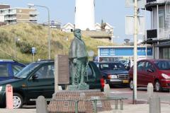 Egmond-aan-Zee-126-Standbeeld-Jaepie-Jaepie-Schipper-Egmondse-reddingboot-en-vuurtoren