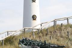Egmond-aan-Zee-202-Beeld-Roeireddingsboot-door-Loek-van-Meurs-en-vuurtoren