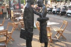 Haarlem-0896-Beeld-Man-met-koffer-en-vrouw-met-mand