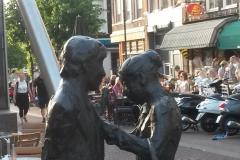 Haarlem-0898-Beeld-Man-met-koffer-en-vrouw-met-mand-detail