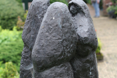 Haarlem-703-Hofje-van-Bakenes-Standbeeld-drie-vrouwen