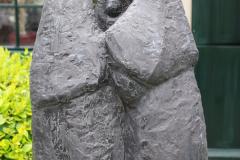 Haarlem-704-Hofje-van-Bakenes-Standbeeld-drie-vrouwen