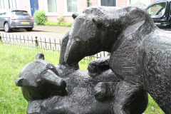 Haarlem-887-Ripperdapark-Standbeeld-Beren