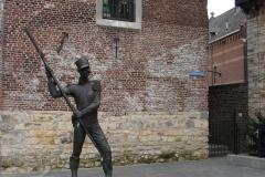 Heerlen-012-Pancratiusplein-Bewaker-bij-Schelmentoren