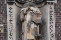 Roermond-Standbeeld-in-muur-01