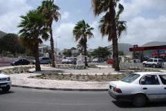 St.-Maarten-0978-Standbeeld-moeder-en-kind-op-rotonde