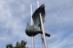 Klimmen-Termaar-159-Standbeeld-van-duif-bij-Sint-Remigiuskerk
