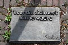Klimmen-Termaar-161-Motto-bij-Standbeeld-van-duif-bij-Sint-Remigiuskerk