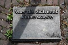 Klimmen-Termaar-162-Motto-bij-Standbeeld-van-duif-bij-Sint-Remigiuskerk