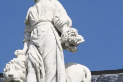 Vrouw met leeuw en druiven
