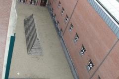 Monument-op-de-binnenplaats-vanaf-het-dak