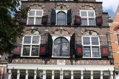 Alkmaar-Luttik-Ouddorp-Trapgevelhuis-met-luiken-bij-de-ramen