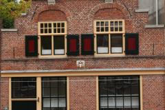 Alkmaar-Oudegracht-Panden-met-Melkmeisje-en-trapgevels