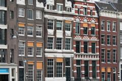 Amsterdam-303-Grachtenhuizen-bij-Oude-Turfmarkt-gezien-vanaf-Rokin
