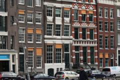 Amsterdam-304-Grachtenhuizen-bij-Oude-Turfmarkt-gezien-vanaf-Rokin