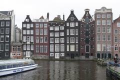 Amsterdam-Grachtenhuizen-met-scheve-ramen