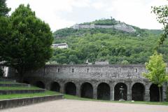 Grenoble-164-Stadsmuur-met-sculptuur