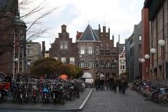 Groningen-263-Studenten-bij-Academiegebouw-in-de-Broerstraat