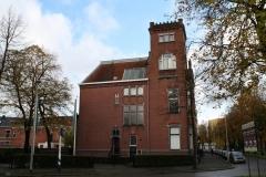 Groningen-439-Huis-met-kantelen-aan-Emmaplein