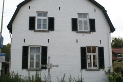 Bunde-richting-Brommelen-019-Huis-met-metalen-wegkruis