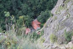 2017-09-02-Harz-Thale-Rosstrappe-048-Uitzicht-met-huis-in-de-diepte