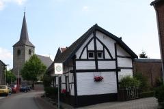 Sint-Geertruid-048-Kerk-en-vakwerkhuis