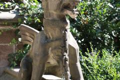 Harz-Wernigerode-075-Burg-Wernigerode-Beeld-Gevleugelde-hond