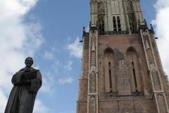 Delft-027-Standbeeld-Hugo-de-Groot-Grotius-en-Toren-Nieuwe-Kerk