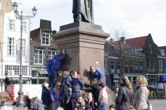 Delft-197-Klas-bij-standbeeld-Hugo-de-Groot