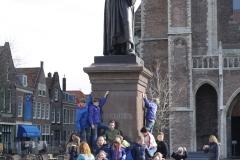 Delft-198-Klas-bij-standbeeld-Hugo-de-Groot
