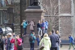 Delft-215-Klas-bij-standbeeld-Hugo-de-Groot