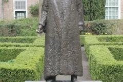 Delft-298-Standbeeld-Willem-van-Oranje-in-Tuin-bij-De-Prinsenhof-door-Auke-Hettema