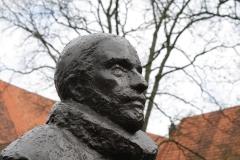 Delft-301-Standbeeld-Willem-van-Oranje-in-Tuin-bij-De-Prinsenhof-door-Auke-Hettema