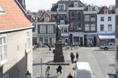 Delft-358-Standbeeld-Hugo-De-Groot-door-raam-Vermeercentrum