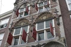 Delft-15-Huis-met-luiken-en-trapgevel