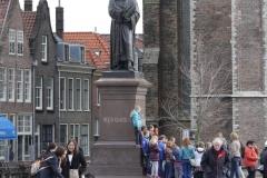 Delft-225-Klas-bij-standbeeld-Hugo-de-Groot