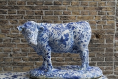 Delft-030-Delfts-blauwe-os-in-Bonte-Ossteeg